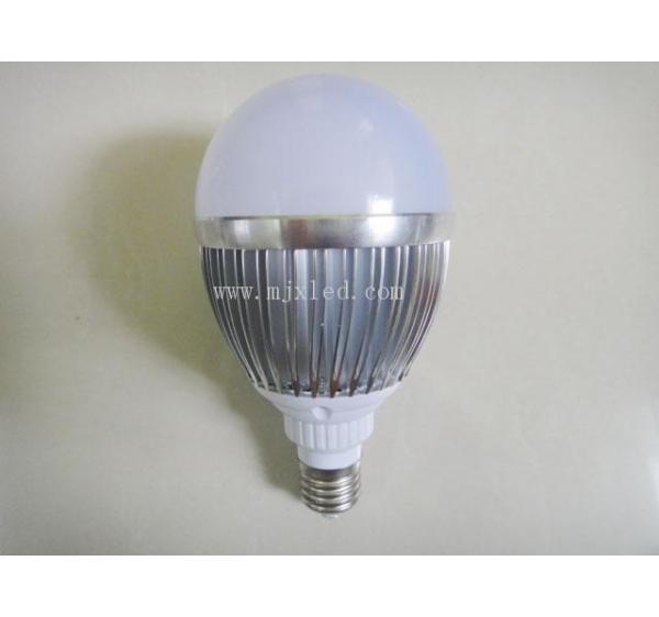 LED球泡灯特点 1、外壳采用采用高导热精工车铝,高冲击及抗振动 2、采用高透光率PC材料制成,透光率高达95%以上,照度均匀性良好,对眼睛无刺激性,无紫外线或射频干扰 3、产品内置驱动,防震抗干扰、无水银、无燥音、无频闪 4、与传统的白炽灯或荧光灯相比,寿命更长,并且节能66%以上 5、电压AC85-265V,[1]无需要镇流器,宽电压和恒流设计 6、该产品设计符合CE,UL,ROSH和FCC测试标准 7、光线无频闪,不易产生眼疲劳,保护视力,可以直接取代荧光灯 安装注意事项 1、安装时尽量避免雷区,强